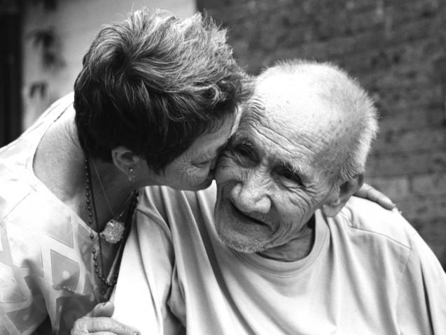 טיפול בקשישים בעזרת בני המשפחה