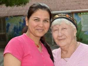 ניצולת-שואה-עם-עובדת-סיעודית- מתן שרותי רווחה