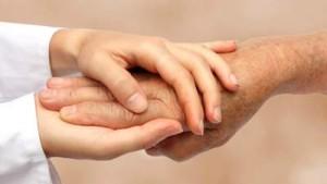 עובדים סיעודיים עוזרים לקשישים ולנכים