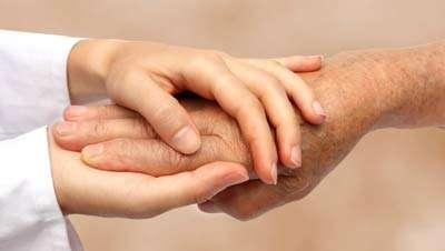 עובדים סיעודיים עוזרים לקשישים ולנכים. חברת מתן שרותי רווחה תומכת מהרגע הראשון