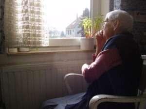 מטפלת סיעודית מסיעת להפיג את הבדידות של הקשיש